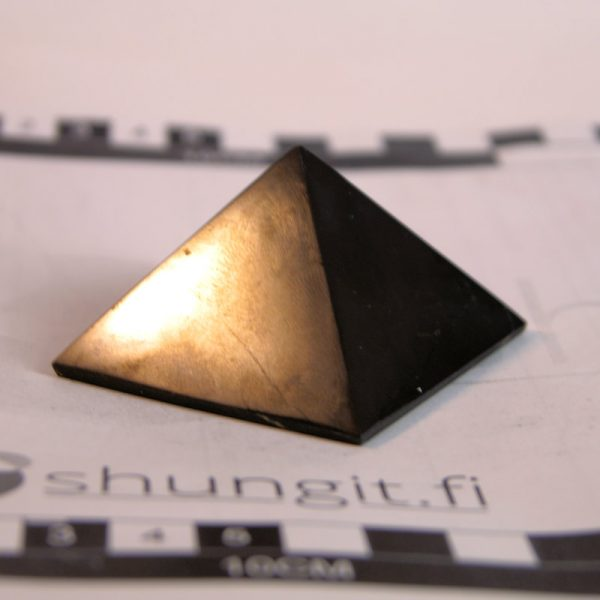 Shungit pyramidi