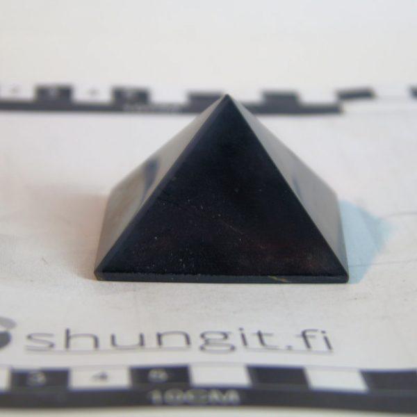 Shungiitti pyramidi